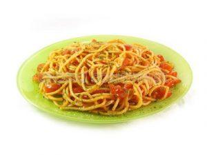 Espaguetis con salsa de tomate aromatizada con ajo