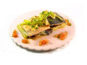 Suprema de salmón con salteado de borraja, níscalos y vinagreta de tomate