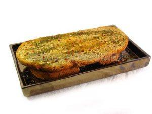 Pan tostado aromatizado con ajo, hierbas y aceite de oliva