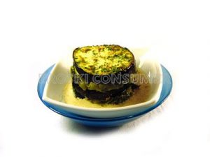 Milhojas de berenjena con salteado de verduras y crema de soja