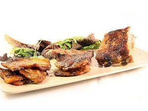 Parrillada de carne de cerdo con ensalada