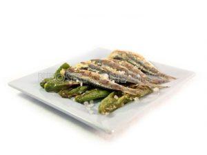 Sardinas al grill con pimientos verdes fritos