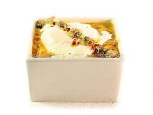 Huevos escalfados con chirlas y salsa marinera