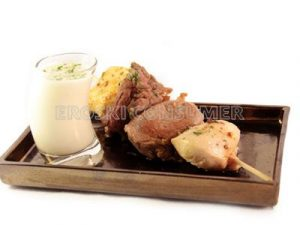 Brochetas de carnes con salsa de queso azul