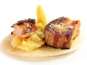 Panceta de cerdo cocida y tostadas con puré de patata y mini mazorcas de maíz