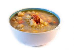 Sopa de cocido vegetal con cebolla, puerro, zanahoria y berza