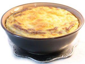 Pastel de patata con queso gruyer con puerros y salsa de chalota