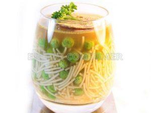 Sopa de pasta con guisantes frescos