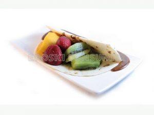 Crepes rellenos de crema de cacahuete y fruta fresca