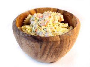 Lacitos de pasta con pimientos rojos, pistachos y salsa de tofu
