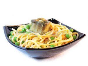 Espaguetis con guisantes y alcachofas