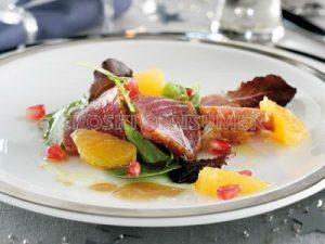 Ensalada de atún escabechado en frío con mojo, granada y mandarina