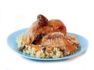Pollo asado con guarnición de arroz salteado con verduras y setas