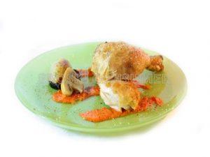 Muslo de pollo asado con crema de pimientos del piquillo