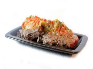 Filete de ternera a la plancha con guarnición de cebolla y pimientos rojos y verdes