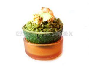 Ensalada de arroz verde con gambas, aguacate y huevo