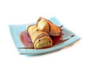 Crepes con crema pastelera y base de salsa de fresa