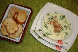 Sopa fría de puerros con langostinos