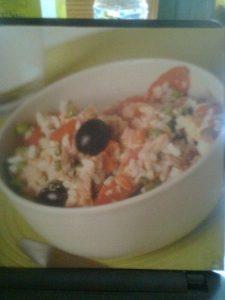 Ensalada de arroz con zanahorias, guisantes, huevos y alcaparras