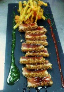 Tataki de atún rojo con salsa teriyaki y emutempura de verduras