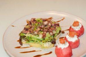 Timbal vegetal de chipirones y pulpo con bocaditos de sandia