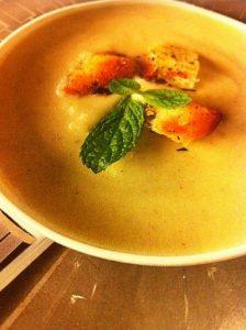 Sopa de coliflor con curry y picatostes de hierbabuena