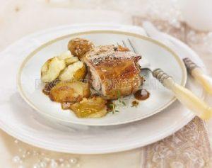 Pierna de cordero lechal asado con patatitas y manzana reineta