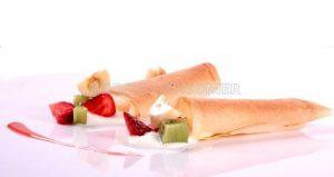 Canutillo  de pasta filo relleno de macedonia y yogur