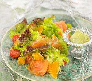 Ensalada de salmón con alioli suave de aguacate y limón