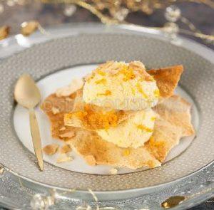 Torreta de pasta filo con avellanas y helado de naranja casero