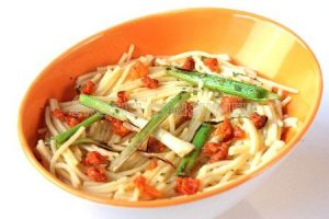 Espaguetis sin gluten con salteado de ajetes frescos y chistorra