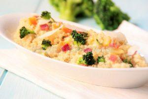 Quinoa con brócoli, queixo e xamón serrano