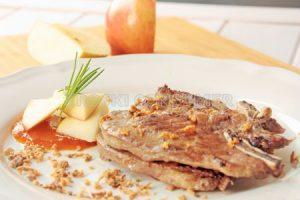 Chuleta de cerdo con compota de manzana