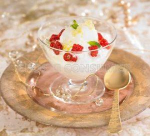 Jogurt-krematsu kopa eta limoizko sorbetea fruta gorriekin