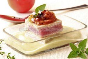 Hegaluzea kalabazin-kremarekin, tomate karamelatua eta tipulin konfitatua