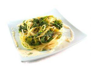 Espaguetis al queso azul con espinacas