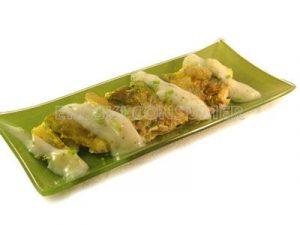 Tortilla de judías verdes y espinacas con salsa de queso y cebollino