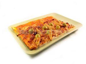 Pizza de atún con aceitunas y pimientos rojos