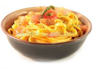Espaguetis con tomate, albahaca fresca y ajo