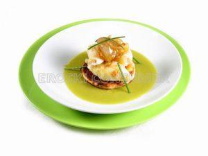 Chipirón sobre crema de pimiento verde con cebolla confitada