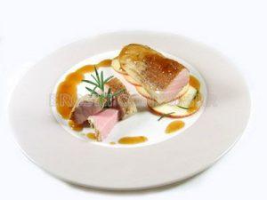 Solomillo de cerdo con guarnición de manzana y aroma de romero