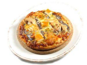 Pizza de atún con anchoas, surimi y salmón ahumado