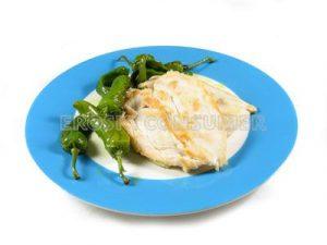 Pechuga de pollo a la plancha con pimientos verdes fritos