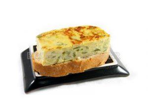Tortilla de pimiento verde y cebolla sobre tostada de pueblo