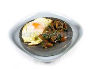 Huevos fritos con champiñones salteados