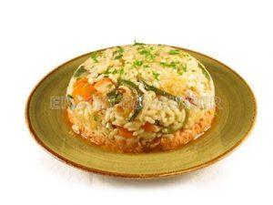 Arroz con verduras sobre una base de atún con salsa tártara y tomate