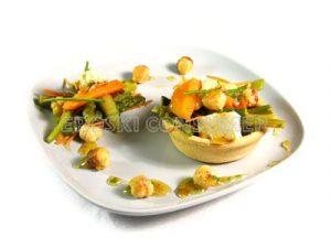 Tartaleta de boniato salteado con verduritas, avellanas y tofu a la miel