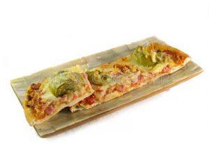 Pizza con jamón york y alcachofas