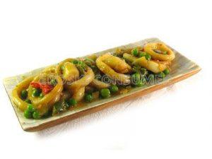 Salteado de aros de calamar con guisantes