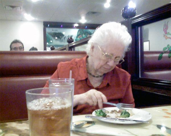 img_abuela comiendo